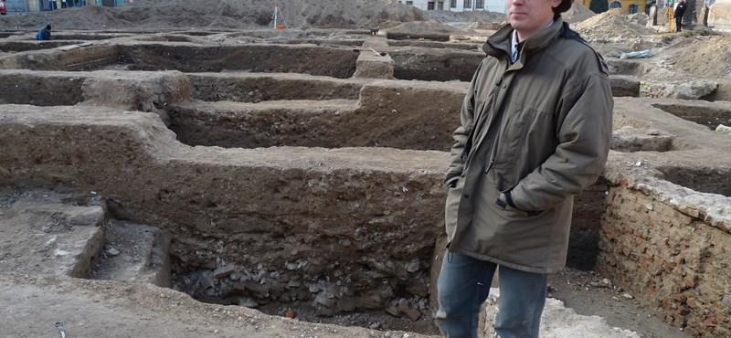 Középkori házakat találtak Pápa főterén