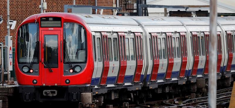Nyitott ajtókkal száguldott a londoni metró egyik szerelvénye – videó