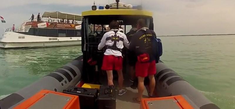 Vitorlásról vízbe esett férfit keresnek a Balatonban