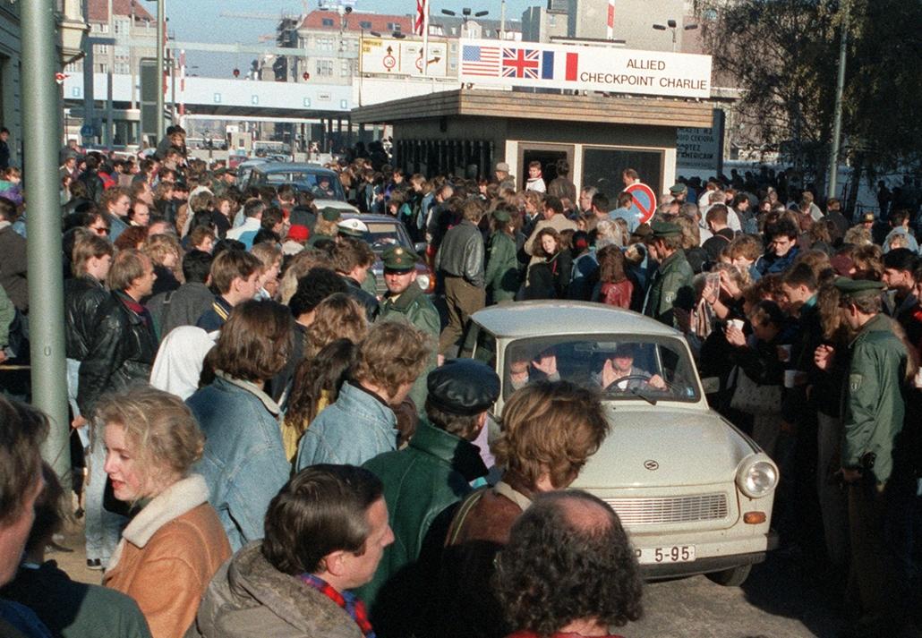 afp.89.11.10. - 1989 november 10. a berlini fal leomlása utáni napon Trabantok a Checkpoint Charlie-nál lépnek át Nyugat-Berlinbe