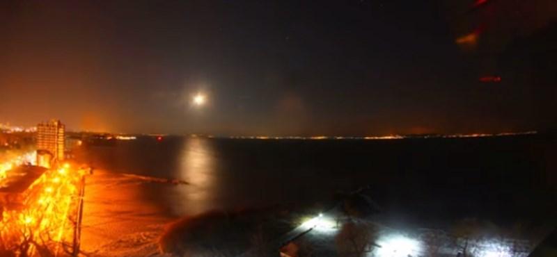 Parádés látvány, ahogy felgyorsítva befagy a Balaton - videó