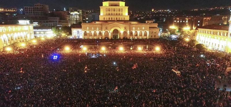 Villámforradalom és örömünnep Örményországban