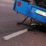 Robbanás? Alkatrészek borítják az utat a Bécsi úton álló busz mögött