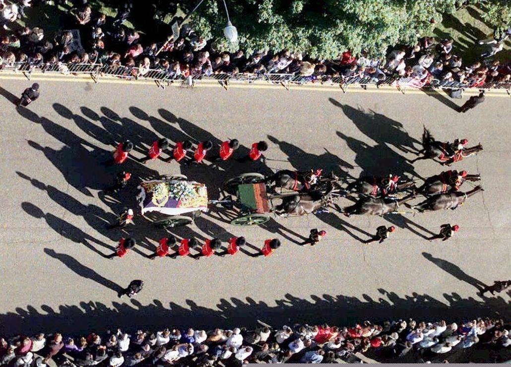 afp.97.09.06. - London, Egyesült Királyság: Diana hercegnő koporsója érkezik a londoni Hyde parkon keresztül