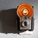 Falilámpa tiszteleg a Kodak emléke előtt
