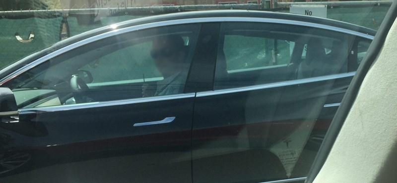 Egy eldugott úton fotózták le a Tesla Model 3-at, máris mutatjuk a képeket