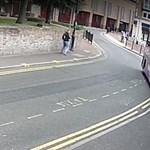 Ilyen videót is ritkán látni: elgázolta a száguldó busz, de leporolta magát, és ment tovább