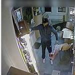 """Így """"dolgozott"""" kamera előtt az ékszerbolti betörő, a rendőrség szeretné megtalálni – videó"""