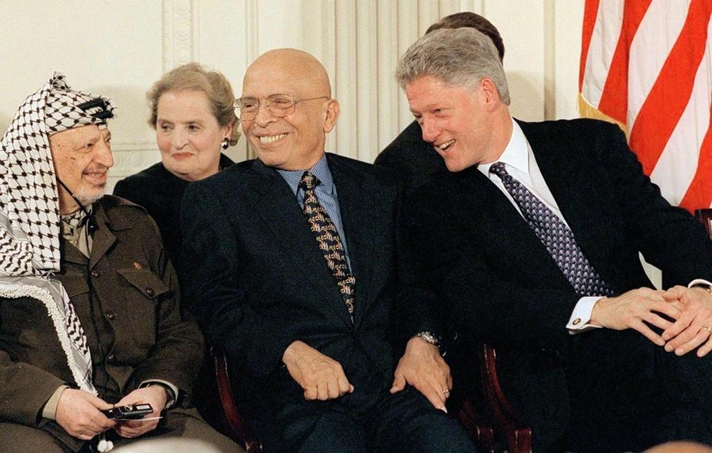 1998.10.23. - Jasszer Arafat, Jordan King Hussein (C), és Bill Clinton - Benjamin Netanyahu beszéde alatt - CLNTNAGY