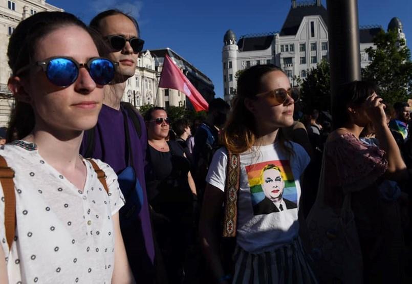 Tízezren tüntetnek a Kossuth téren a homofóbtörvény ellen