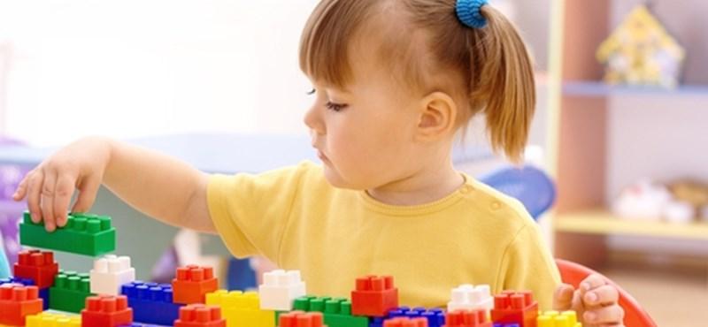 Aláírásokat gyűjtenek a szülők, nem akarják az egyháznak adni az óvodát