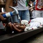 Fotó: keresztre feszíttetik magukat a Fülöp-szigeteki katolikusok