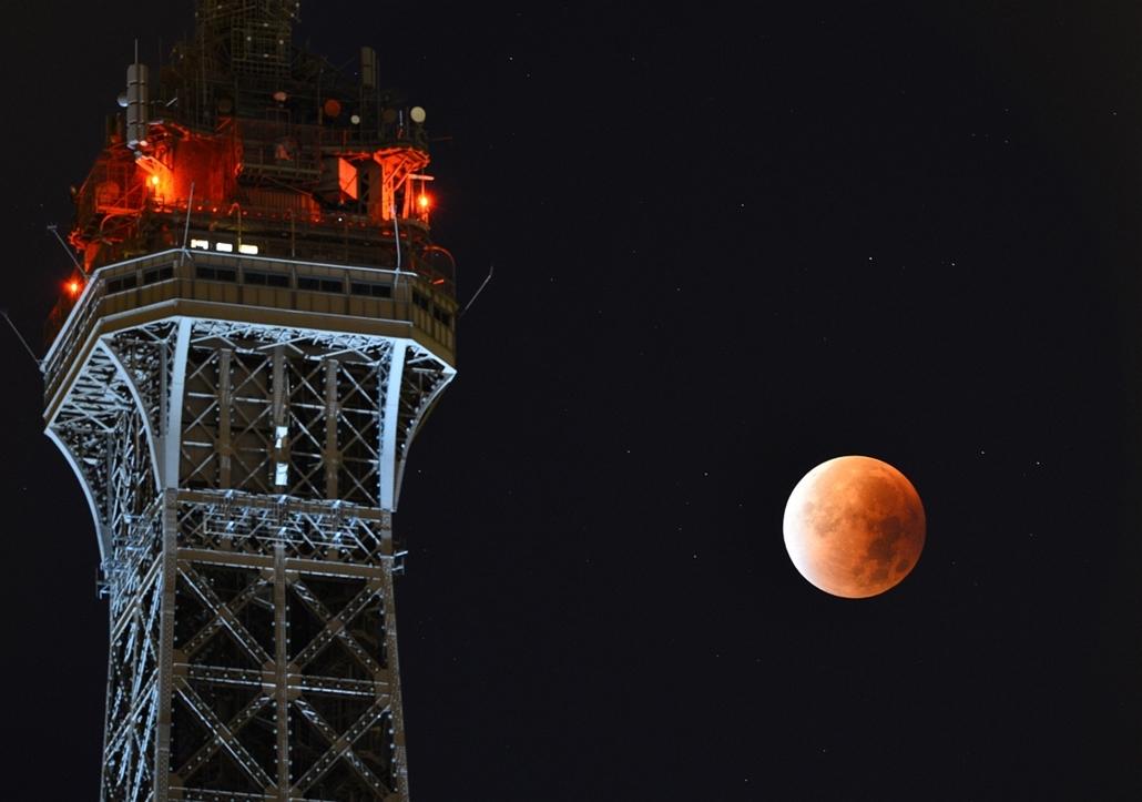 afp.15.09.28. - Párizs, Franciaország: holdfogyatkozás az Eiffel-torony mellett - szuperhold