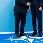 Bréking: Orbán Viktor nem a hurkás nadrágjában ment a NATO-csúcsra