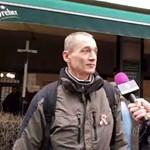 Gulyás Márton kerítésszaggató pálinkával kínálja a CÖF-menet tüntetőit