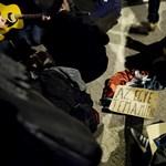 """""""Hősök vagytok"""" - így fogadták hajnalban a rendőrségről kiengedett diákokat"""