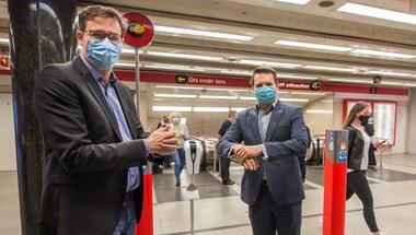 Tizenhárom metróállomásra kerültek ingyenes kézfertőtlenítők