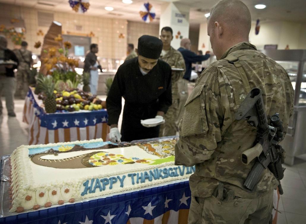 AP! dec.12-ig! - Kabul, Afganisztán: Tortaszeletre vár egy amerikai katona a hálaadás napi ünnepségen egy kabuli laktanyában