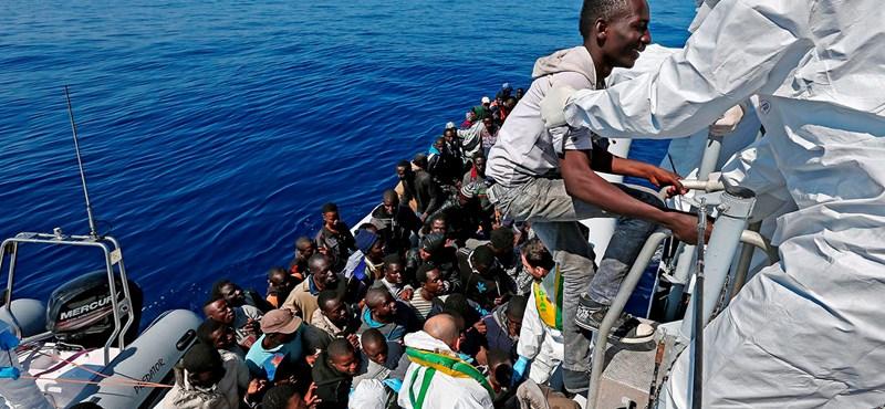 Újabb száz embert mentettek ki a tengerből Líbia partjainál