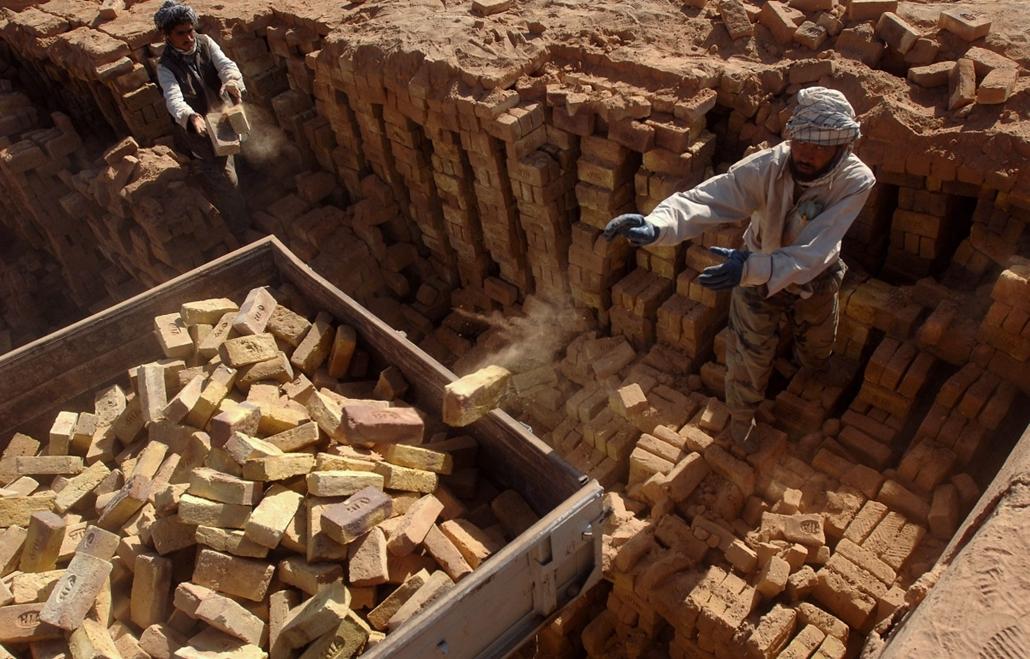 afganisztánban 07.10.31. - Elkészült a kétmilliomodik tégla a Magyar Ökumenikus Segélyszervezet által augusztus elején Puli-Humri közelében átadott és azóta is a karitatív szervezet által vezetett téglagyárban az afganisztáni Etehadban (Szolidaritás), a v
