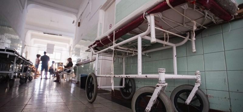 Lépcsőn kell vinni a betegeket a Szent János Kórház urológiáján