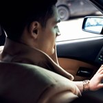 Van egy dolog, ami még az SMS-ezésnél is veszélyesebb vezetés közben – lehet, hogy ön is csinálja
