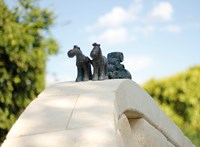 Sörös lovak kaptak miniszobrot Kőbányán