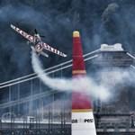 Füstölő gépekkel a Duna felett