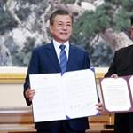 Széles mosoly, ölelkezés: a két Korea megállapodott az atomfegyverek leszereléséről