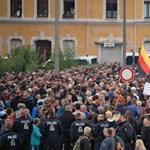 Vicsorgó, karlendítő farkasokkal próbálják visszaszorítani a gyűlöletet Chemnitzben
