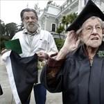 Képek: 94 éves korában diplomázott le egy nő az USA-ban