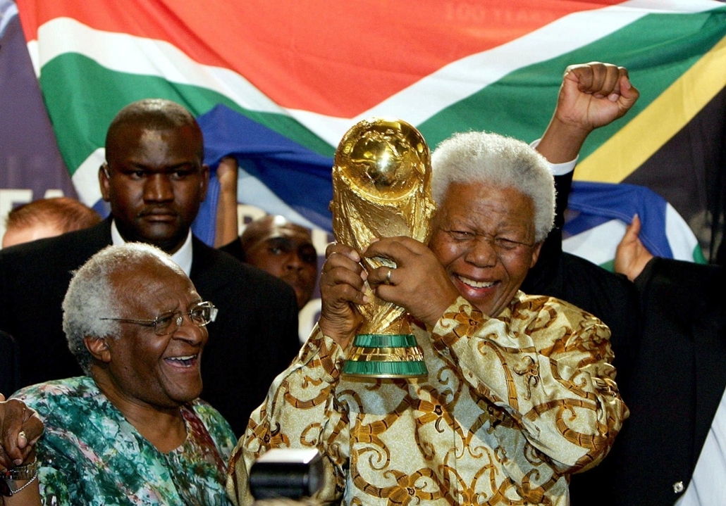 Nelson Mandela nagyítás - SWITZERLAND, Zurich : South African former President Nelson Mandela holds the Jules Rimet World cup beside Capetown Archbishop Desmond Tutu, 15 May 2004 at the FIFA headquarters in Zurich. South Africa won the right to host the 2