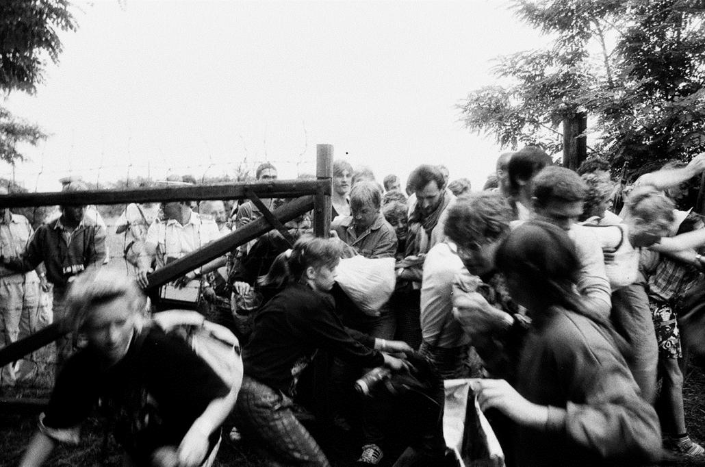 KÉRDEZZ_! - 1989.08.19. - Sopronpuszta: Páneurópai piknik - magyar és osztrák résztvevők az első alkalommal megtartott nemzetközi rendezvényen, a Páneurópai Pikniken, amit a Páneurópai mozgalom és a Magyar Demokrata Fórum rendezett