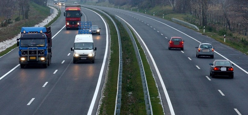 Szembement a forgalommal a 75 éves férfi az autópályán, mert meg akart halni