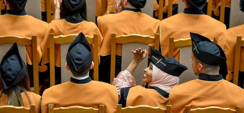 Valamivel kevesebb diploma ragad bent az egyetemeken a nyelvvizsga hiánya miatt, mint korábban