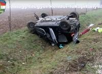 Halálos baleset Szőllősgyörökön: árokba csapódott és felborult egy autó
