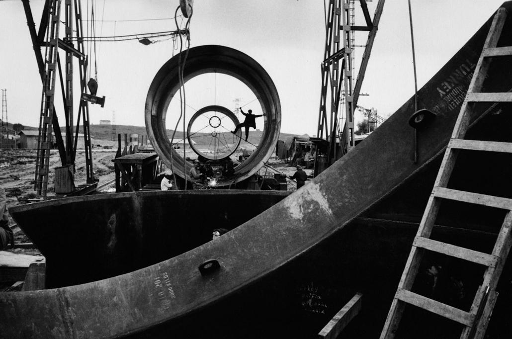 A Világbank finanszírozásával épülő Seyhan-gát - Adana, Törökország,1955 - zselatinos ezüst - Mai Manó Ház, kiállítás, Marc Riboud