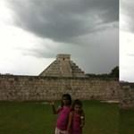 Különös fényoszlop világít pár napja két egymástól távol lévő piramisból