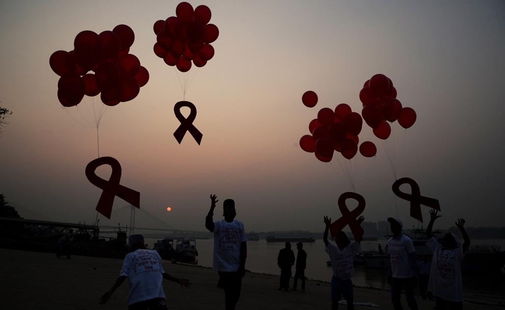 afp.14.12.01. - Kalkutta, India: Indiai aktivisták léggömböket engednek fel a 2014-es AIDS világnap alkalmából Kalkuttában. - aids világnap nagyítás