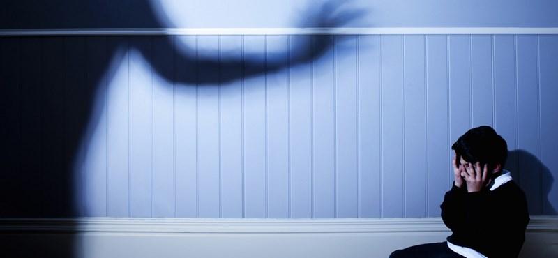 Sötét szobába zárta négy örökbefogadott gyerekét egy arizonai házaspár