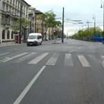 Videó: A pirosnál állt a 30-as busz, amikor beszakította az ablakát egy becsapódó OSB-lap