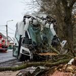 Fának csapódott egy Volánbusz Lőrinciben, kettészelte az elejét a törzse