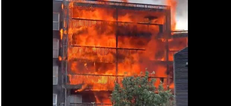 Videó: hatalmas lángokkal égett egy kelet-londoni, többemeletes ház