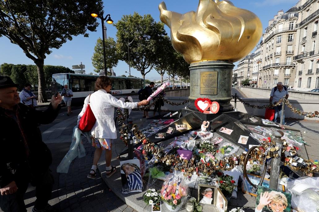 afp.17.08.31. - Párizs, Franciaország: Megemlékezők a párizsi Szabadság lángjának emlékműve előtt Diana hercegnő halálának huszadik évfordulóján.