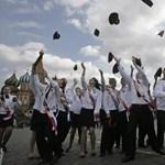 """""""Aprópénzt"""" kapnak a munkáért, tüntetnek az orosz tanárok"""