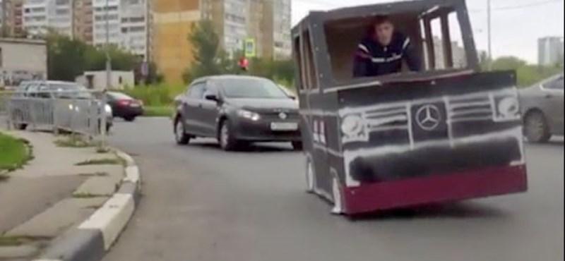Kartondobozból csinált magának gengszter G-Mercit egy orosz blogger – videó
