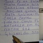 Kézzel írta le füzetébe követői nevét az idős YouTube videós, majd megköszönte nekik a feliratkozást