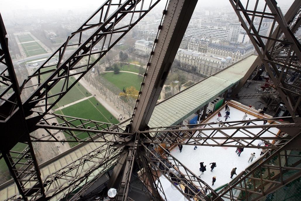 afp. Eiffel-torony 125 éves Nagyítás - 2004.12.10. FRANCE, Paris : des personnes font du patin sur glace, le 10 décembre 2004 à Paris, où une patinoire a été inaugurée, la veille, au premier étage de la Tour Eiffel. AFP PHOTO PIERRE VERDY