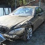 Szakadékba szorították a Mercedest, túlélte a sofőr