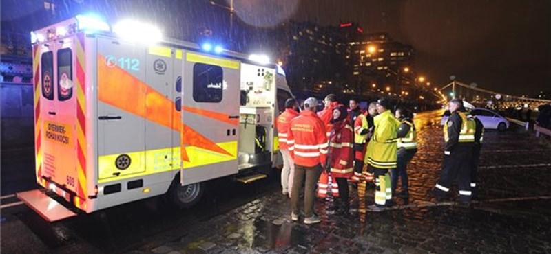 Elsüllyedt a Parlamentnél felborult hajó, embereket mentenek a vízből